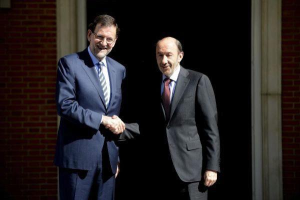 Mariano Rajoy y Rubalcaba, en las escalinatas de Moncloa en 2013.