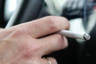 Sanidad estudia prohibir fumar en los coches privados