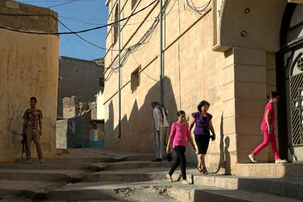 Varias personas acceden en Erbil a la universidad cristiana.