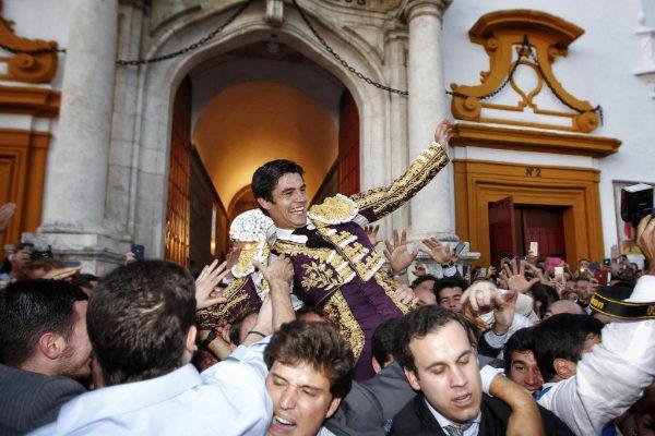 Apoteósica salida a hombros de Pablo Aguado por la Puerta del Príncipe