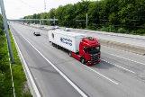 Un camión circula por el carril eléctrico de la A5 alemana