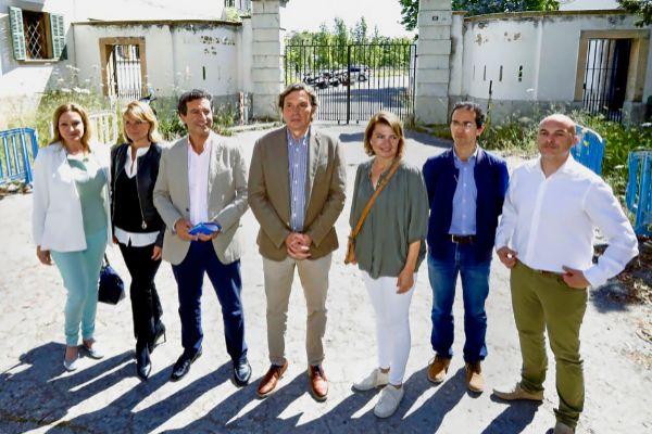 Una delegación del PP ayer junto a los terrenos de Son Busquets para prometer miles de viviendas sociales.