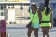 Dos mujeres en plena calle en Ibiza.