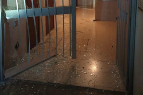 Estado del portal del Polígono de Levante de Palma después de que el detenido empotrara su coche.