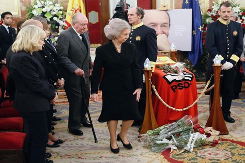 Los Reyes Don Juan Carlos y Doña Sofía despiden emocionados a Alfredo Pérez Rubalcaba y otras 5 noticias para leer antes de comer
