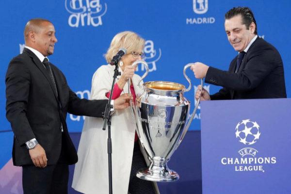 GRAF8410. MADRID.- Los exfutbolistas el portugués Paolo <HIT>Futre</HIT> y el brasileño Roberto Carlos (i), entregan la Copa de la Champions League a la alcaldesa de Madrid, Manuela Carmena, que la recibe en nombre de la ciudad de Madrid, esta mañana en el palacio de Cibeles.-