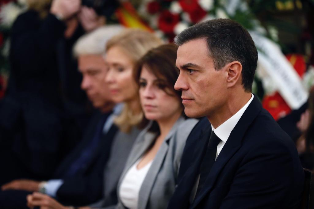 Pedro Sánchez, junto a Adriana Lastra, en la capilla ardiente de Rubalcaba.