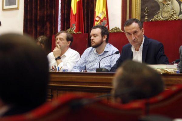 El alcalde de Elche, Carlos González, en un pleno municipal de la presente legislatura.