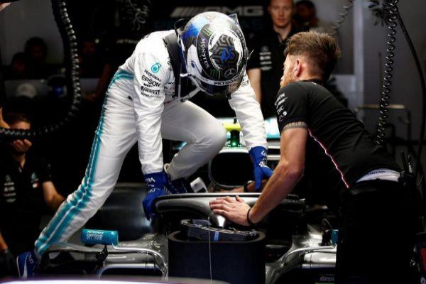 Bottas se sube al coche durante la clasificación en Montmeló.