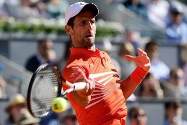 Djokovic golpea una derecha en su partido contra Thiem.
