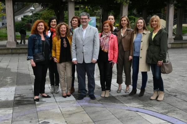 Juan María Aburto acompañado de las mujeres que conforman su lista.
