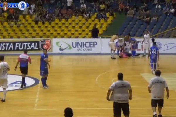 Varios jugadores asisten al árbitro nada más desplomarse.
