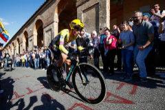 Roglic atemoriza en el estreno del Giro de Italia