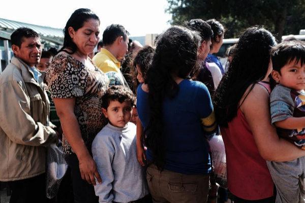 Un grupo de inmigrantes en la estación de autobuses de McAllen (Texas).