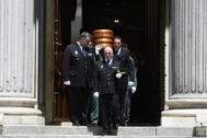 Policías y guardias civiles portan el féretro de Alfredo Pérez Rubalcaba tras su velatorio en el Congreso.