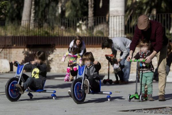 Niños disfrutando de un día soleado en Valencia.
