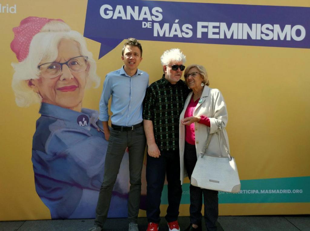 Pedro Almodóvar, ayer, junto a Manuela Carmena e Íñigo Errejón.
