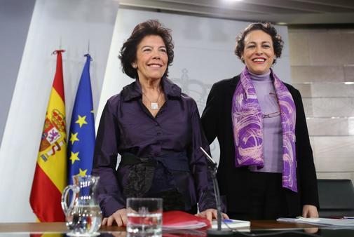 Isabel Celaa, ministra portavoz del gobierno, y Magdalena Valerio, ministra de Trabajo, tras el Consejo de ministros del 8 de marzo