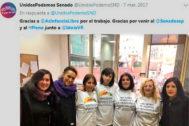 María Sevilla (segunda por la derecha), y Patricia (cuarta), con miembros de Podemos en el Senado.