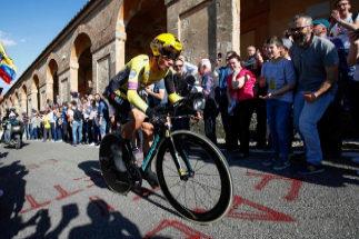 Roglic atemoriza en el estreno del Giro