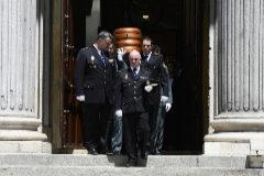 Policías y guardias civiles portan el féretro del ex vicepresidente.
