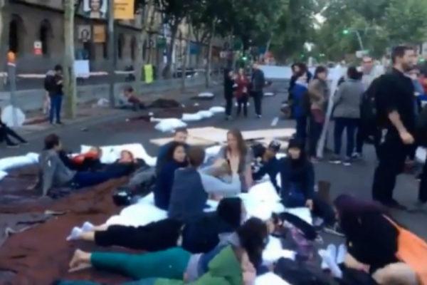 Un grupo de activistas cortan la Gran Vía de Barcelona.