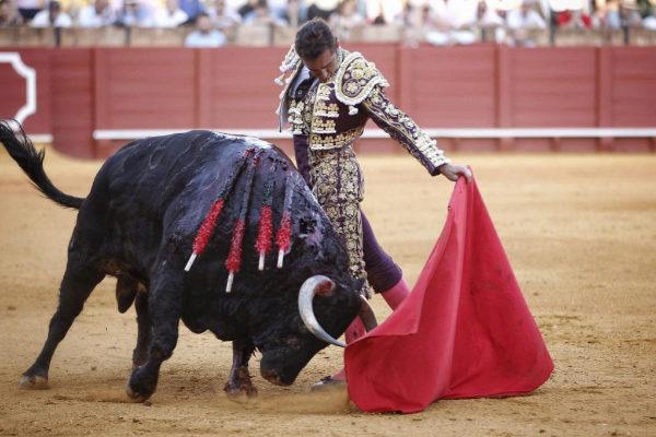 Natural enfrontilado de 'El Fandi' al quinto toro de Fuente Ymbro
