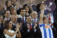 La capitana de la Real levanta la Copa de la Reina ante Doña Letizia.