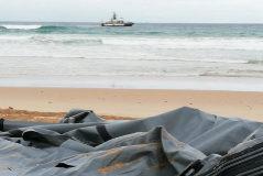 Los restos de una embarcación neumática naufragada con inmigrantes a bordo esta semana en El Palmar.