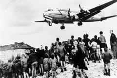 Berlineses observan el aterrizaje de un avión en el aeropuerto de Tempelhof, en 1948.
