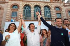 Antonio Maíllo y Ángela Aguilera escoltan al candidato a la Alcaldía de Cádiz, José María González 'Kichi', en el arranque de la campaña electoral.