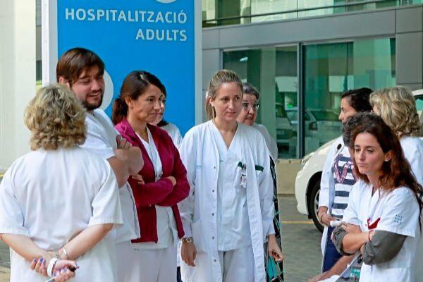 Varios médicos y personal sanitario de Son Espases durante una protesta.