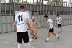 Ernest Maragall se marcó ayer unos toques de balón con jóvenes de diferentes nacionalidades.