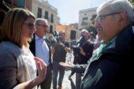 Artadi y el ex alcalde de Barcelona Xavier Trias, saludan a las dos víctimas que recibieron ayer disparos de balines