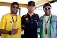 Neymar y Alves, junto a Gasly en el 'hospitality' de Red Bull.