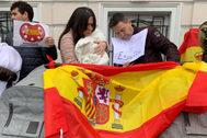 Ana Carmen y Manel, una de las parejas de Castellón atrapadas en Ucrania, con su bebé.