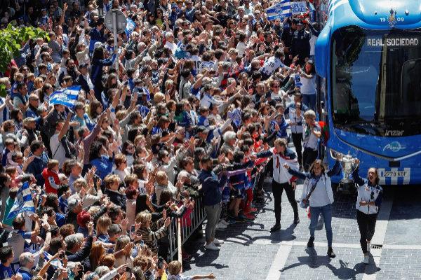 Miles de aficionados reciben a las jugadoras a su llegada a San Sebastián.