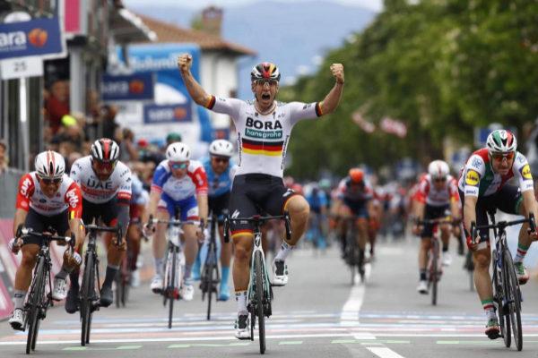Pascal Ackermann celebra su victoria en la segunda etapa del Giro.