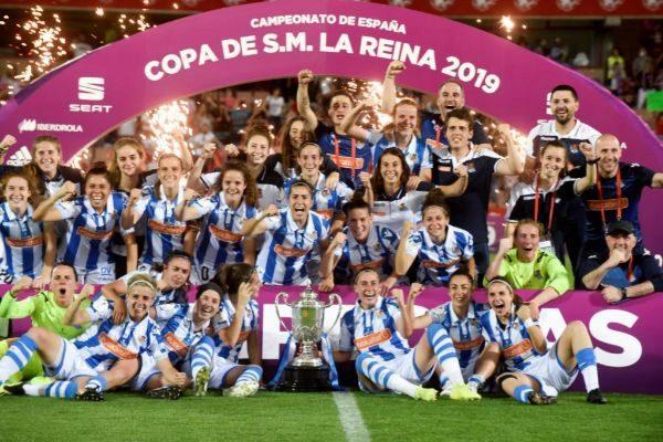 Las jugadoras de la Real Sociedad, tras proclamarse campeonas de la...