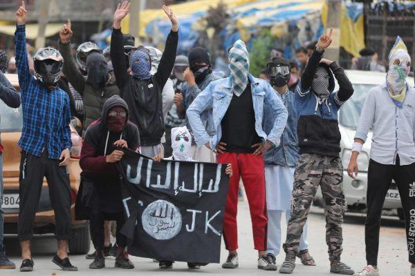 EPA3331. SRINAGAR (INDIA).- Musulmanes <HIT>cachemires</HIT> gritan eslóganes durante una protesta tras los rezos del viernes en la mezquita de Jamia Masjid, en Srinagar, capital estival de la <HIT>Cachemira</HIT> india.