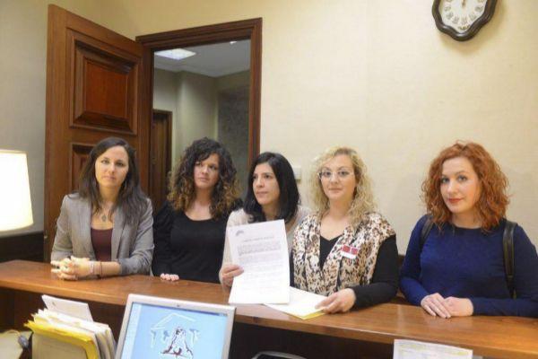 María Sevilla, segunda por la derecha, junto con varias diputadas de...