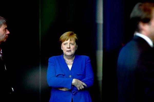La canciller alemana, Angela Merkel, espera la llegada de los asistentes a una conferencia, en Berlín.