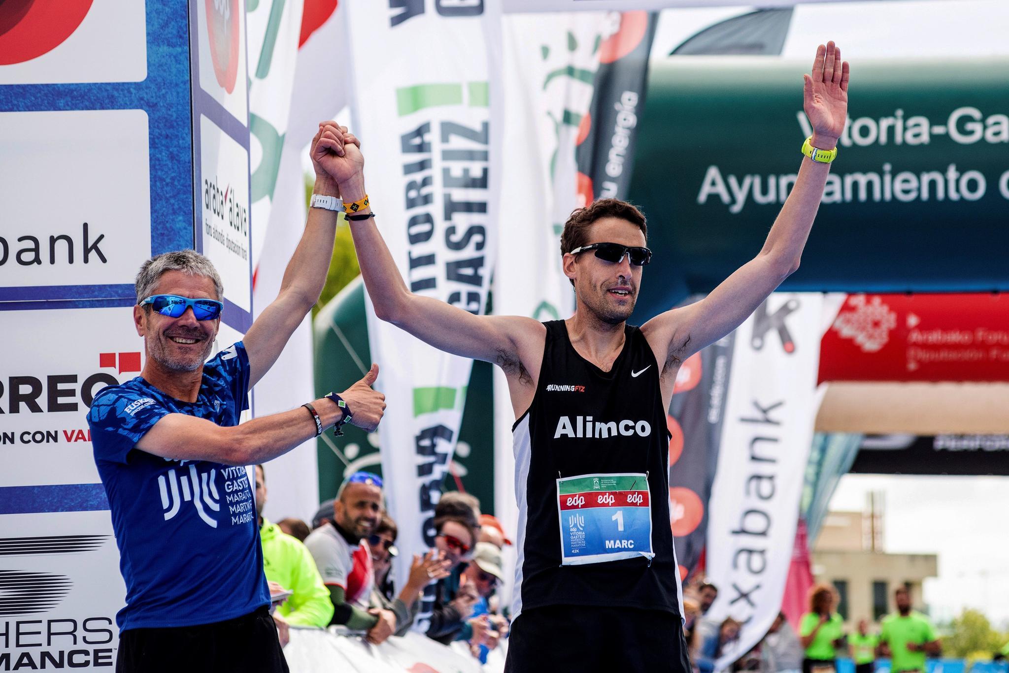 Martín Fiz felicita a Marc Hurtado al término de la carrera.