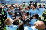 Los jugadores del Manchester City matean a Guardiola tras lograr el título.