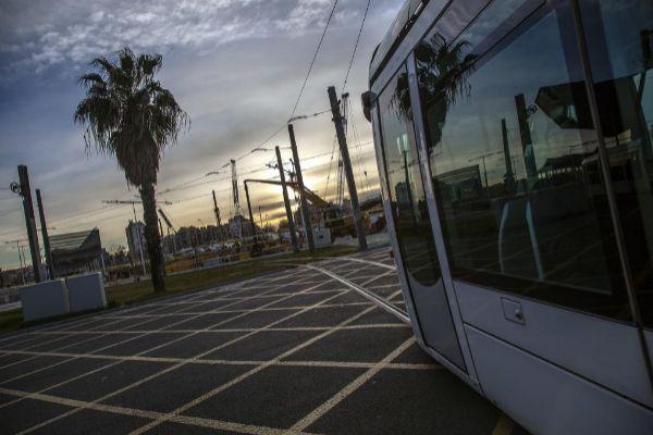 Un tranvía a su paso por la plaza de las Glòries, junto al nuevo parque