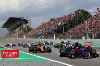 Sainz, tras Kvyat, al final de la recta de Montmeló.