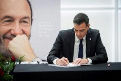 Pedro Sánchez, durante la firma de condolencias en Ferraz.