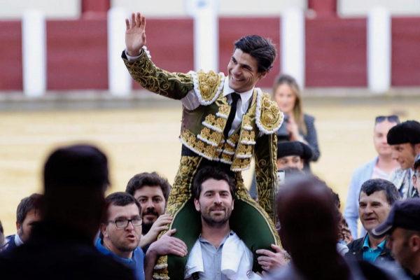 Salida a hombros de Pablo Aguado por la puerta grande, este domingo, en Valladolid