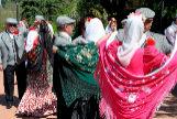 Chulapos y chulapa bailando chotis en la Pradera del Santo por San Isidro.