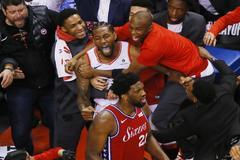 Kawhi Leonard, de los Raptors, celebra su canasta ganadora sobre la bocina ante los Sixers.